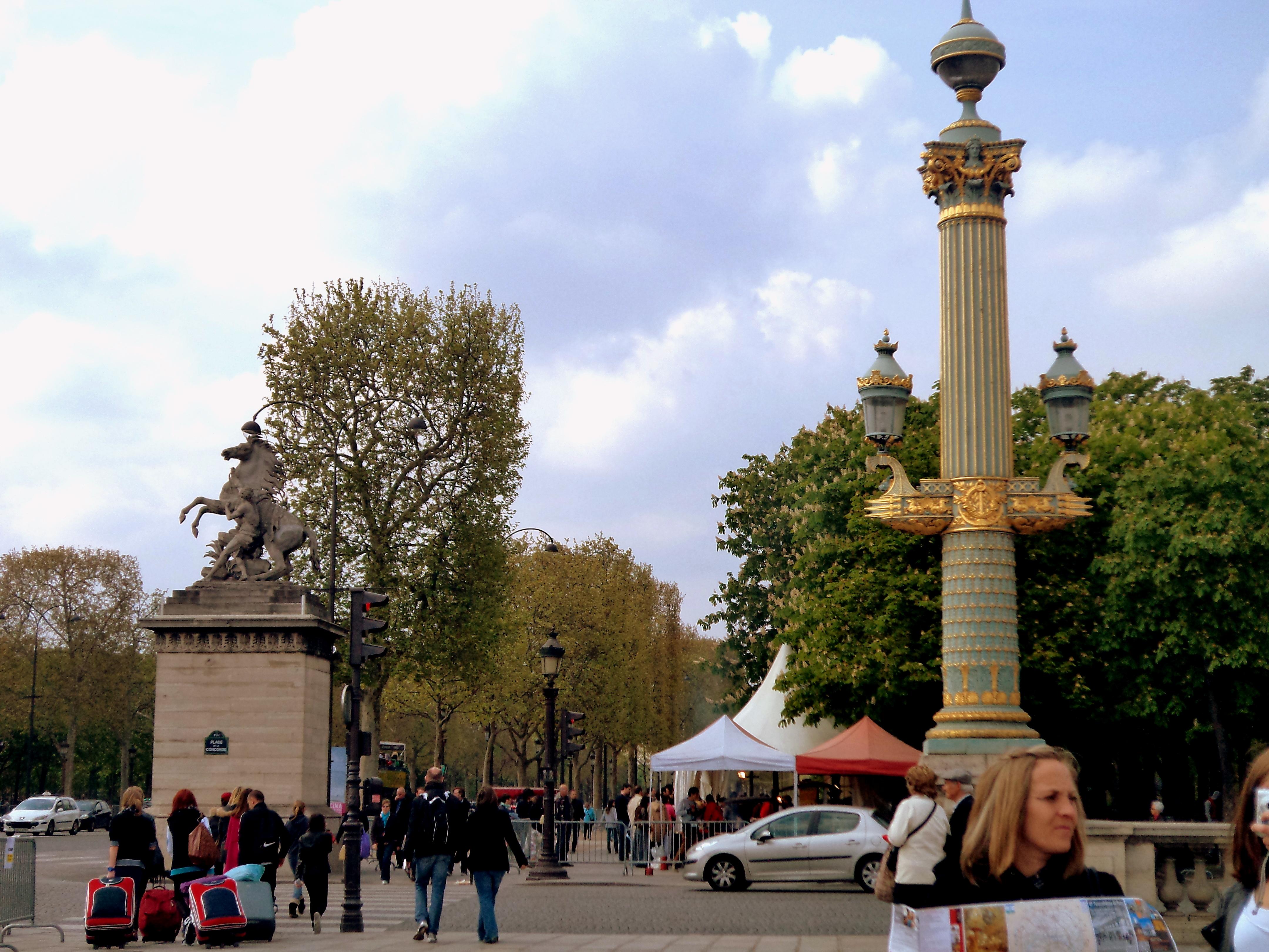 Casual shot of Parisian street life